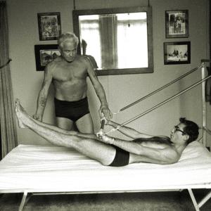 Joseph Pilates, criador do Pilates, ensinando o Cadillac a um aluno